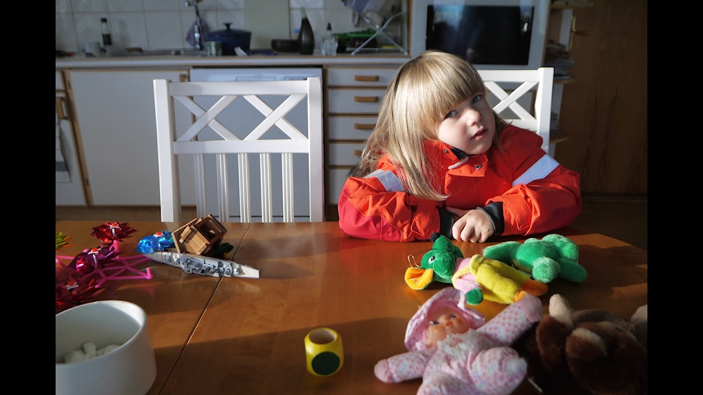 Salma sitter hemma i farmor Irenes kök i Svanstein. Farmor talar meänkieli med Salma för att hon skall lära sig språket. Fotograf: Henrik Kemppainen/UR