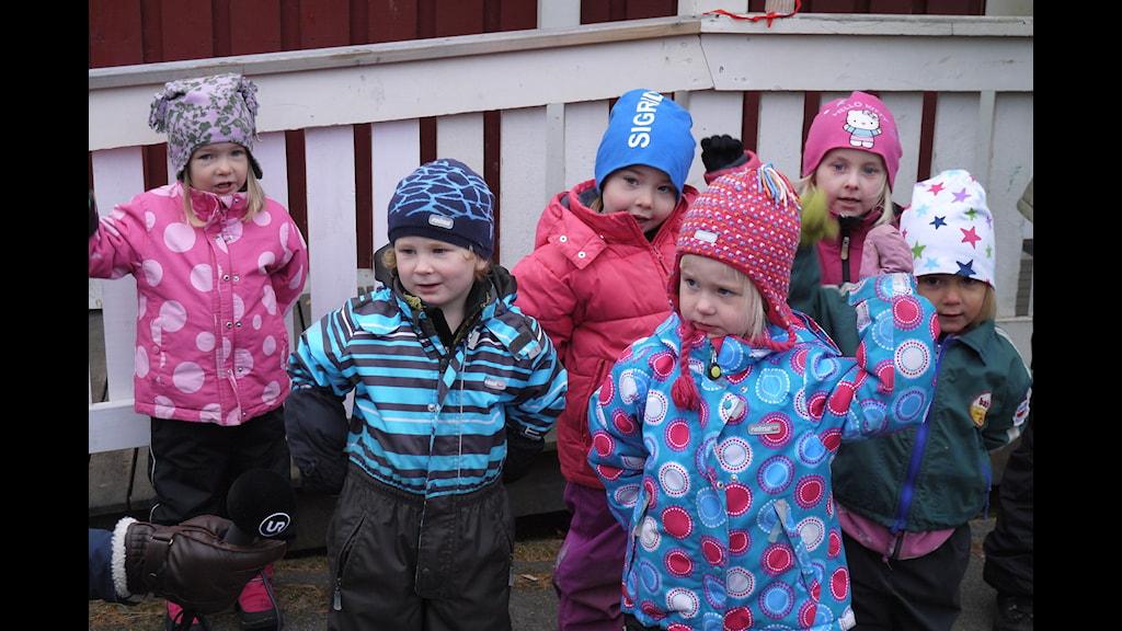 Salma, Olle, Sigrid, Ellen, Isabelle och Vilma går på förskolan Lyckebo i byn Juoksengi. Foto: Henrik Kemppainen/UR