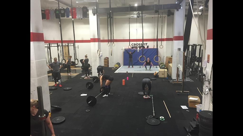 En crossfitlokal i Stockholm. Crossfit är ett amerikanskt träningskoncept som blivit omdiskuterat för sina hårda träningsideal. Fuska aldrig och ge aldrig upp lyder crossfittens filosofi. Foto: Samanda Ekman/Sveriges Radio