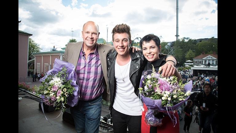 Michael Fannon, vinnare av Svensktoppen nästa 2015. Lasse Kronér och Carolina Norén. Foto: Micke Grönberg/Sveriges Radio