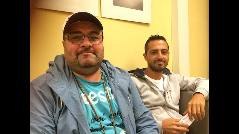 Fältassistenterna Haitham Sholomon och Resul Durna, St Botvids gymnasium. Foto Åsa Furuhagen/Sveriges Radio