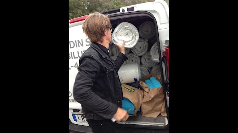 David Nilsson i lastbilen för att frakta madrasser till ett nytt tillfälligt boende för flyktingungdomarna. Foto: Privat
