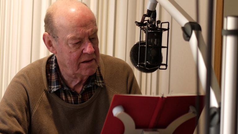 Sten Ljunggren läser Arkan Asaads Blod rödare än rött. Foto: Josef Knevel/Sveriges Radio