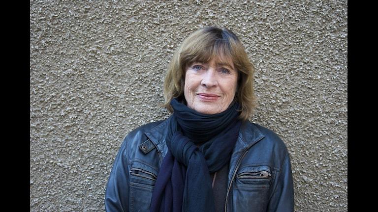 Evabritt Strandberg läser årets Nobelpristagare i litteratur, den belarusiska författaren Svetlana Aleksijevitj. Foto: Kerstin Wixe/Sveriges Radio