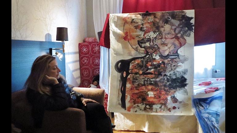Rawaa Khiyachi med en av nattmålningarna på flyktingförläggningen. Foto Helene Alm/Sveriges Radio