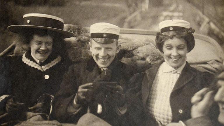 Studenter på vårutflykt 1909 hämtat från Universitetsbibilotekets arkiv i Uppsala.