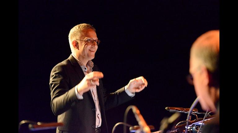 Peter Danemo dirigerar Norrbotten Big Band. Foto: Kjell Oscarsson/Sveriges Radio