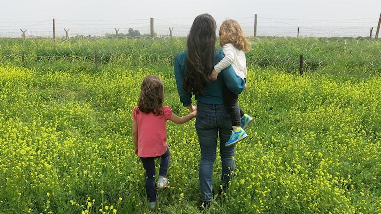 Sîlan Diljen på fältet med sina barn under inspelningen av P1-Dokumentären Min flykt. Foto: Sabiha Diljen
