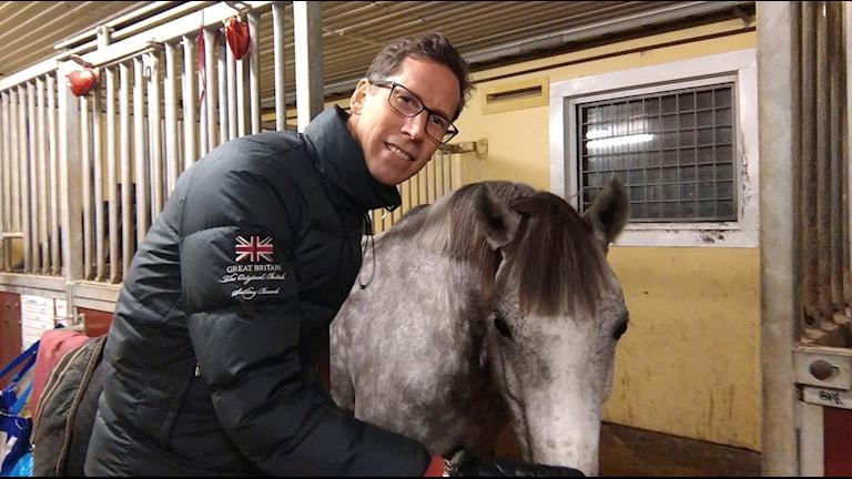 Jesper Tillberg intervjuar hästen Leia om takt, trav och toner.