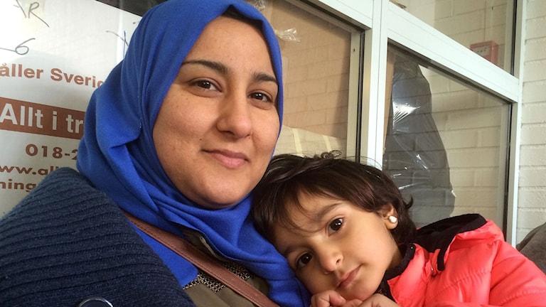 Hana och Miriam väntar på att butiken för flyktingar ska öppna. Foto: Åsa Furuhagen/Sveriges Radio