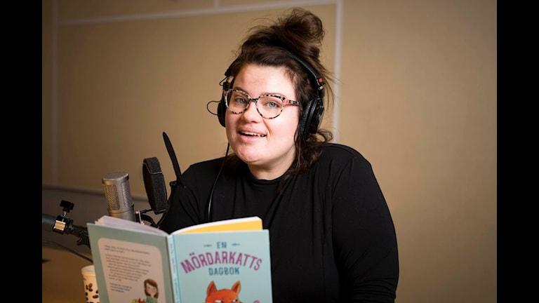 Kakan Hermansson läser Mördarkatten för Barnradion.