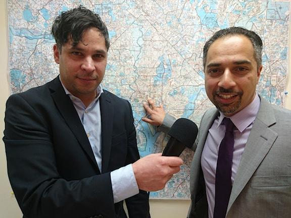Martin Wicklin och Trita Parsi. Trita pekar på Vita huset och sitt kontor på en karta över Washington DC. Foto/Sveriges Radio