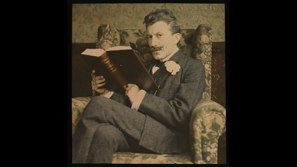 Läsande man runt 1915. Bild okänd