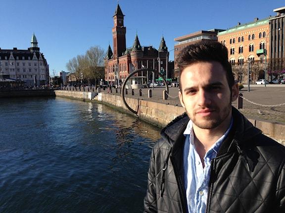 24-årige Hamood Al Bawab, syrisk flykting i Helsingborg. Hamood tog sig från Turkiet över havet till Grekland och sedan vidare genom Europa till Sverige tidigare i år. Foto: Fredrik Wadström/Sveriges Radio