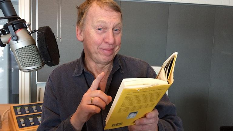 Tomas von Brömssen läser Världen Foto Mia Gerdin