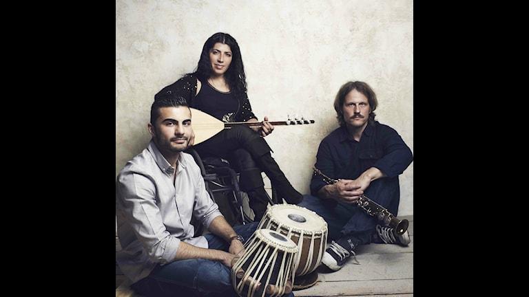 Mizgin Trio med Mizgin på saz, Anders Honoré på saxofon och Mirwais Fedai på tablas.  Fotograf: Tao Lytsen