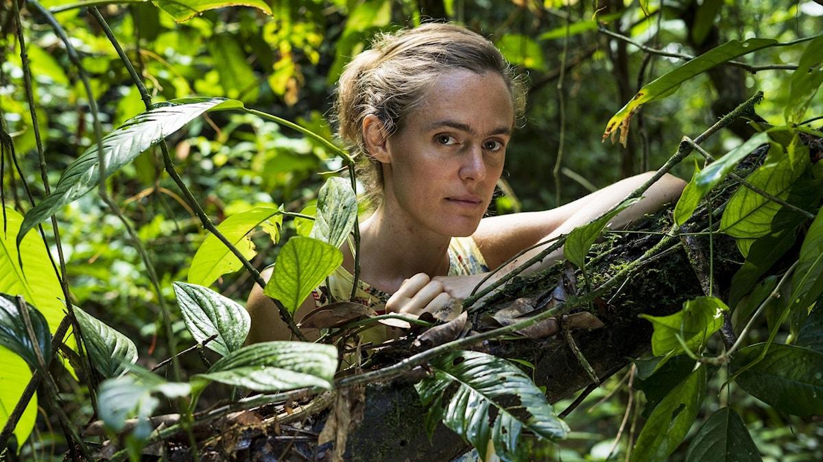 Lotten Collin omgiven av grönskan i Amazonas