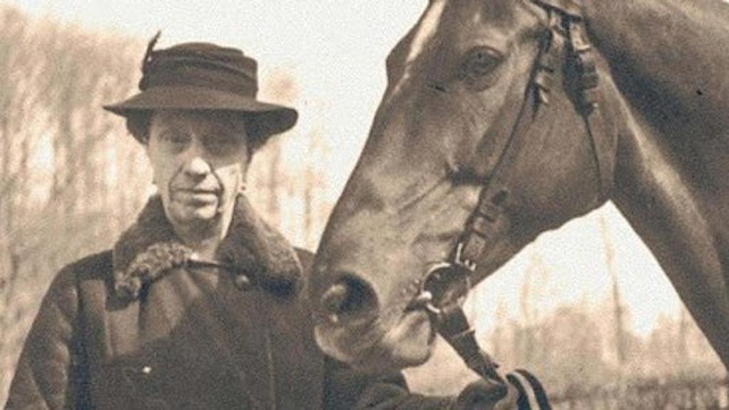Godsägarinnan Florence Stephens med en av sina älskade hästar. Historien om Skandalen på Huseby bruk sänds i P4 den 4 och 5 april och släpps i Sveriges Radio-appen 1 april. Foto: Huseby bruk