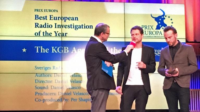 Daniel Velasco och Danile Öhman tar emot Prix Europa. Foto: Sveriges Radio