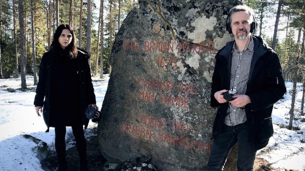 Moa och Gustav vid minnesstenen av Häxprocesserna