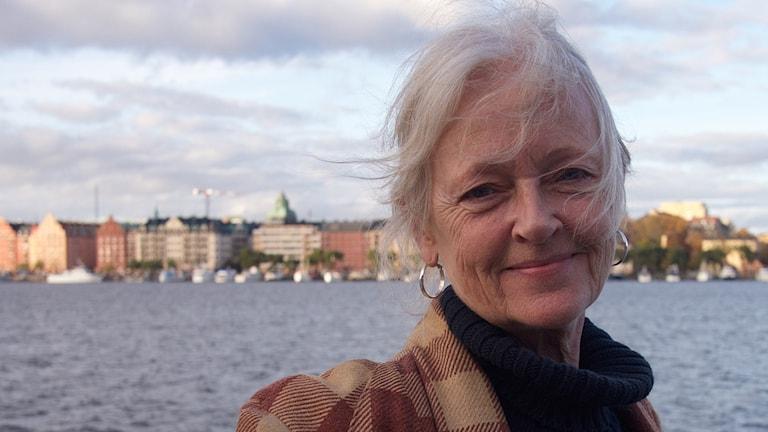 Skådespelaren Chatarina Larsson fotad nere vid vattnet i stockholm