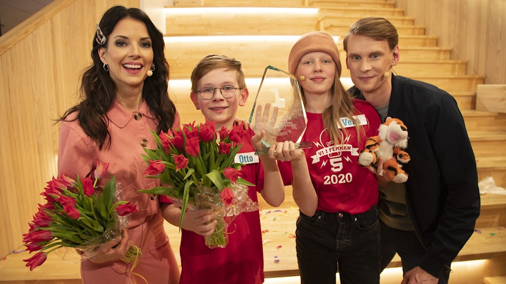 Programledare Malin Olsson och domare Kristoffer Fransson med 2020 års vinnare Otto och Vera från Enskede skola. Foto: Henrik Crona/SVT