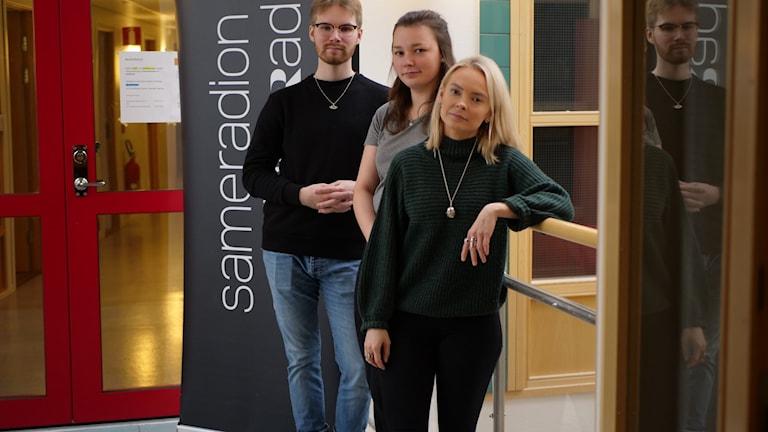 Sameradiopodden Dulvi: Programledaren Ida Persson Labba (längst fram) med panelen Nils-Joel Partapuoli och Pia Labba.