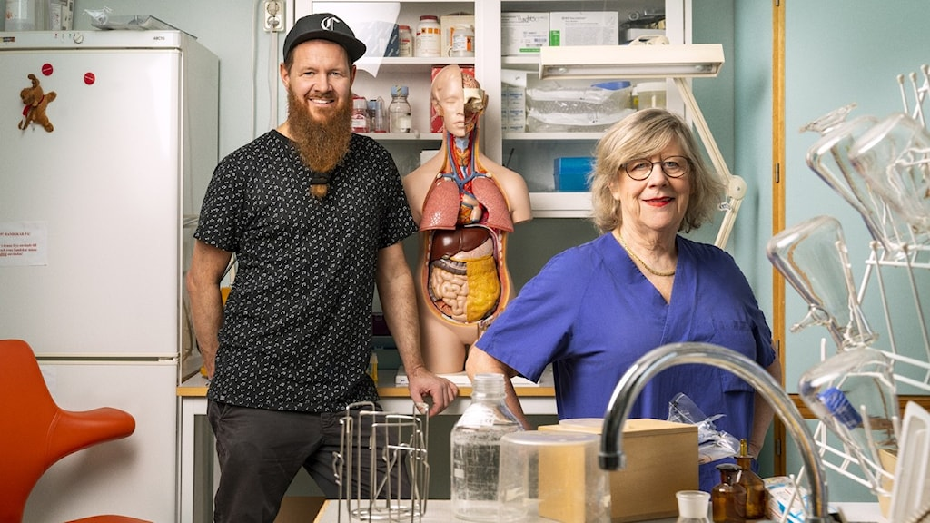Christer Lundberg och Agnes Wold står i laboratorium.
