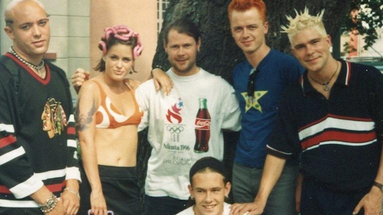 Danska popgruppen Aqua när det begav sig på 90-talet. I mitten syns programledaren Micke Cederberg som gjort serien P4 Musik Special – 90-talet. Foto: Privat
