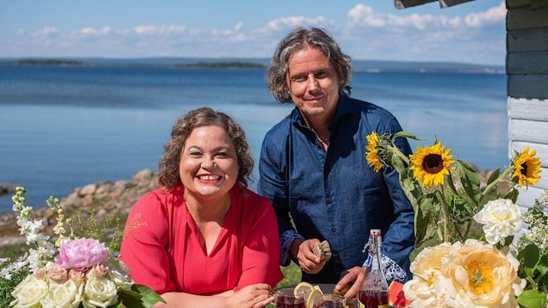 Bild på kocken Susanne Jonsson och programledaren Gerhard Stenlund