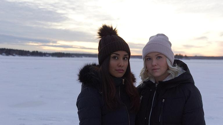 Farzaneh Farsi spelar Anina och Paulina Martinkainen spelar Elina i radiodramat Flykten.