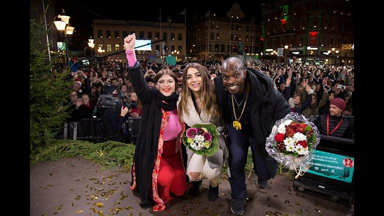 Musikhjälpen 2015: Linnea Henriksson, Gina Dirawi och Kodjo Akolor släpps ut ur buren i Linköping. Foto: Micke Grönberg/Sveriges Radio