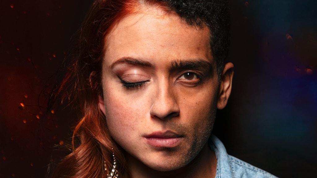 Bild på ansikte, hälva ansiktet en kvinna, andra halvan en man