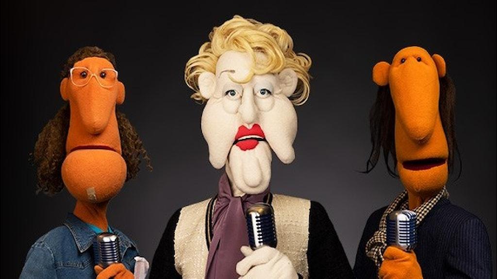 Några av karaktärerna i Dockradio med Birgitta, Kjell, Gloria & Co som hörs i P4 och Sveriges Radio-appen med start den 24 juni. Operadivan Gloria Janman har gjorts speciellt för P4 och hördes redan förra året i Radio Jästringe.