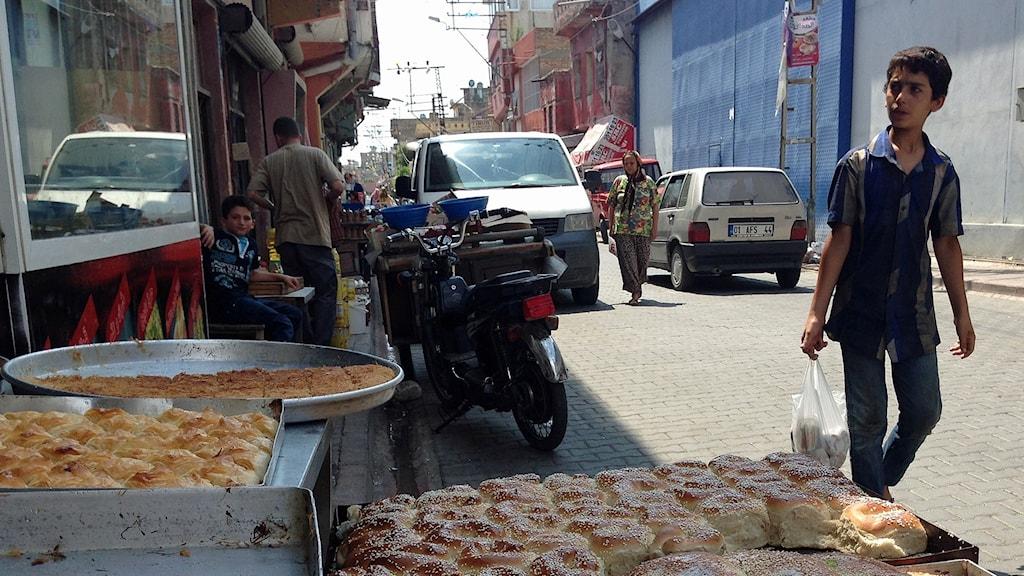 Bilden är från 2015 och tagen på en gata turkiska Adana.