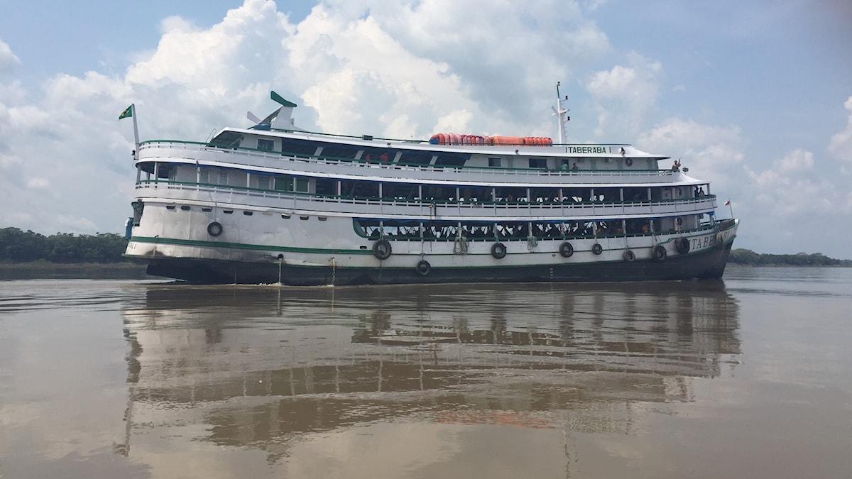 Båten Itaberaba som Lotten Collin reste med i tre dagar längs Amazonasfloden.