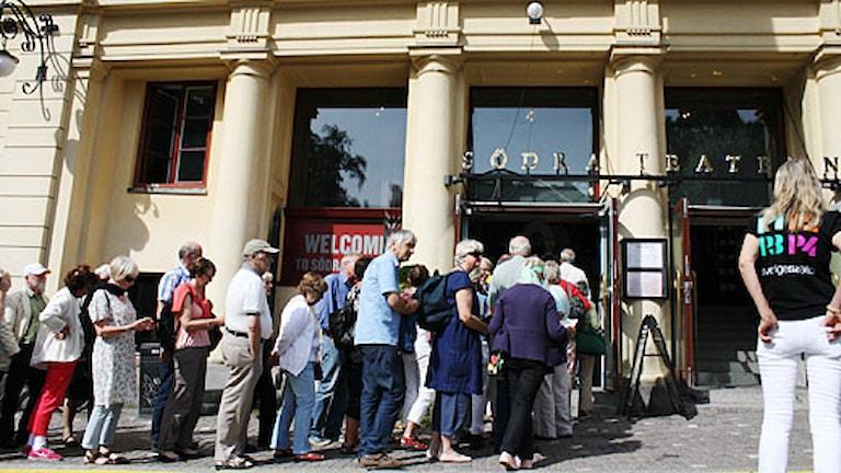 Publik köar till Radiokorrespondenterna på Södra Teatern. Foto: Ada Fredelius