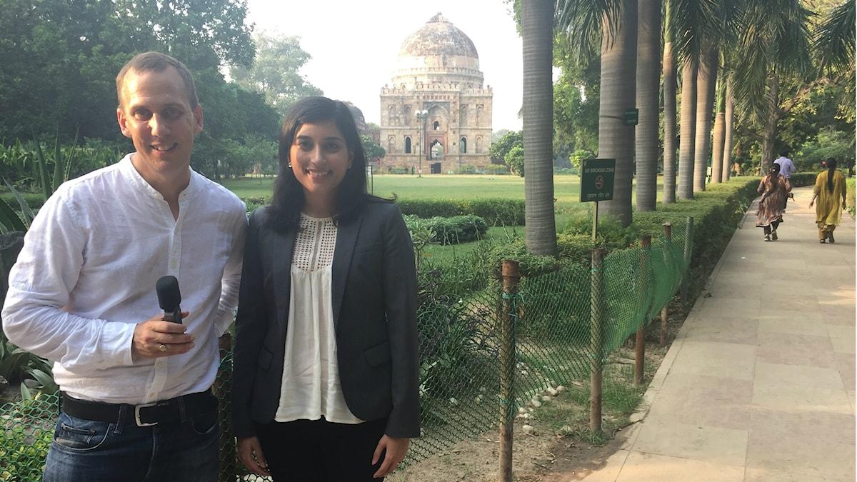 Sveriges Radios globala hälsokorrepondent Johan Bergendorff och Vinita Batra, Business Sweden i Lodi-trädgårdarna i New Dehli, Indien
