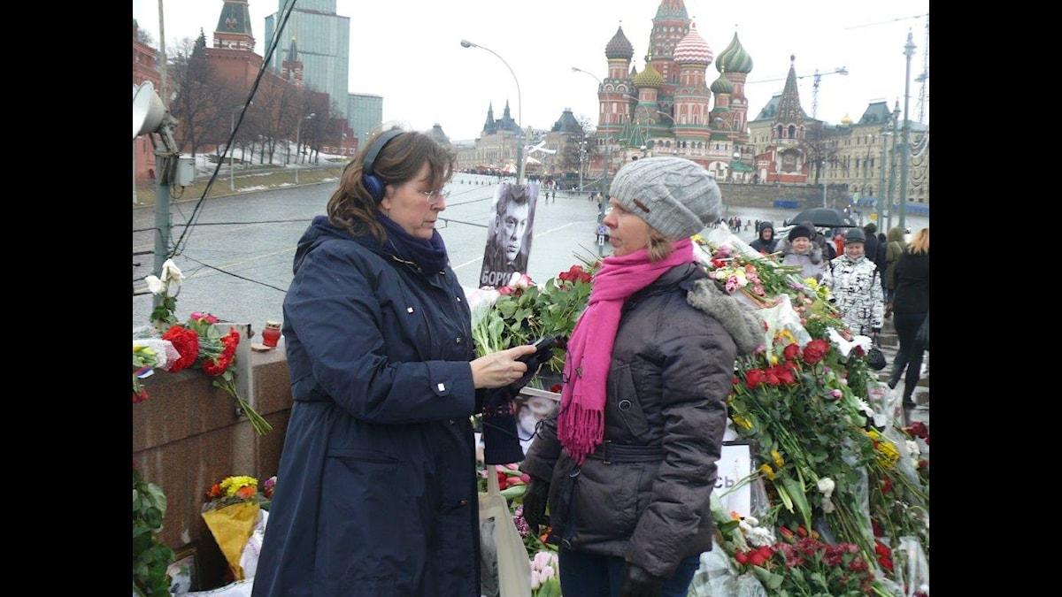 Maria Persson Löfgren intervjuar journalisten och författaren Anna-Lena Laurén på bron där den ryske oppositionspolitikern Boris Nemtsov sköts ihjäl.