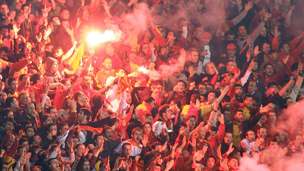 Passionerade fans på Ali Sami Yen-stadion i Istanbul. Foto: Ibrahim Usta/AP
