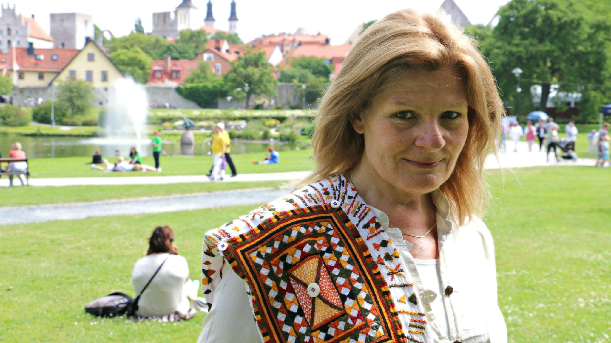 """Sveriges Radios korrespondent i Mellanöstern - Cecilia Uddén sänder direkt från Almedalen 2015 med sin talkshow """"Uddén i P1"""". Foto: Ronnie Ritterland / Sveriges Radio"""