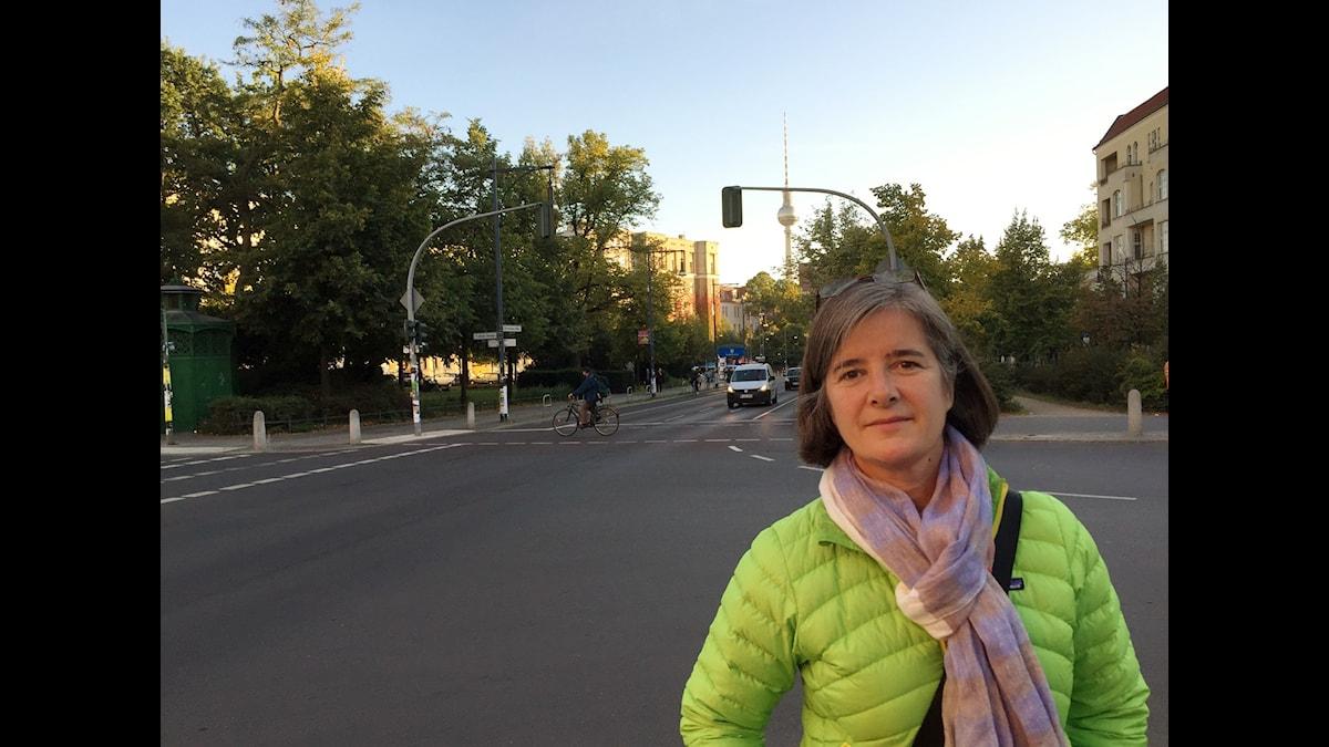 Daniela Marquardt på en gata i Berlin med tevetornet i bakgrunden.