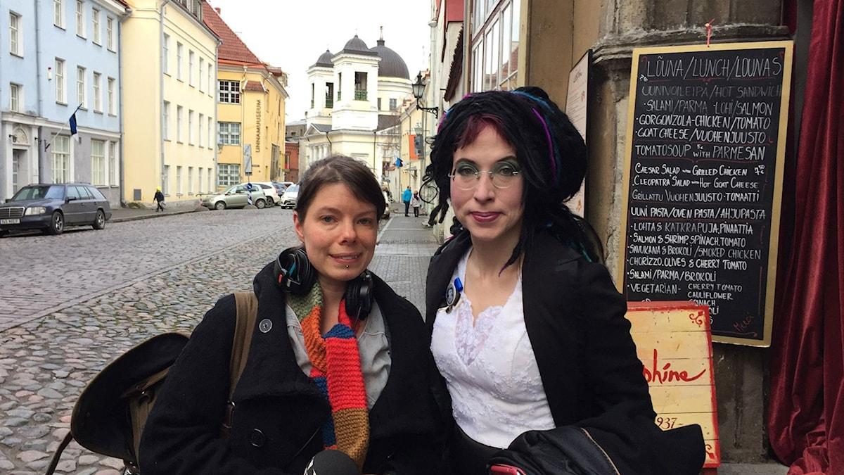 Sveriges Radios korrespondent Thella Johnson och författaren Sofi Oksanen i Tallinn. Foto: Sveriges Radio