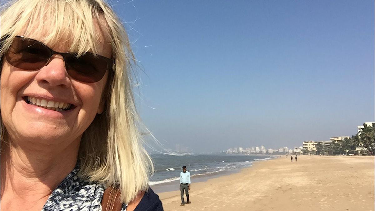 Margita Boström på en strand.