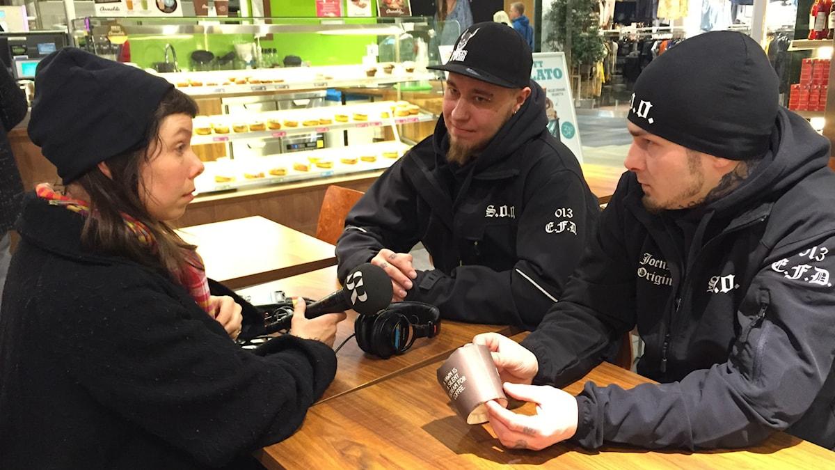Soldiers of Odins ledare i Joensuu, Aapo Mielonen och Lari Kuosmanen, intervjuas av Sveriges Radios korrespondent Thella Johnson.
