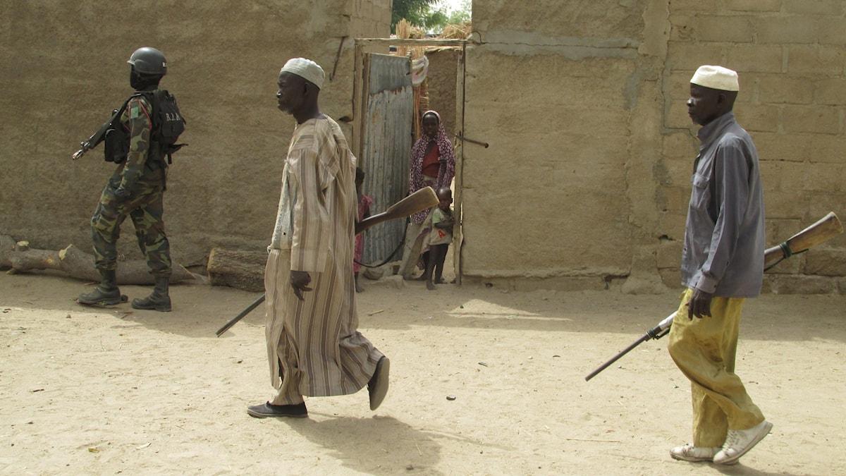 Kamerunska armén patrullerar tillsammans med självförsvarsgrupper i byn Keraoua vid gränsen mot Nigeria. Byn har flera gånger drabbats av attacker och självmordsbombare från terrorgruppen Boko Haram. Foto: Richard Myrenberg/SR