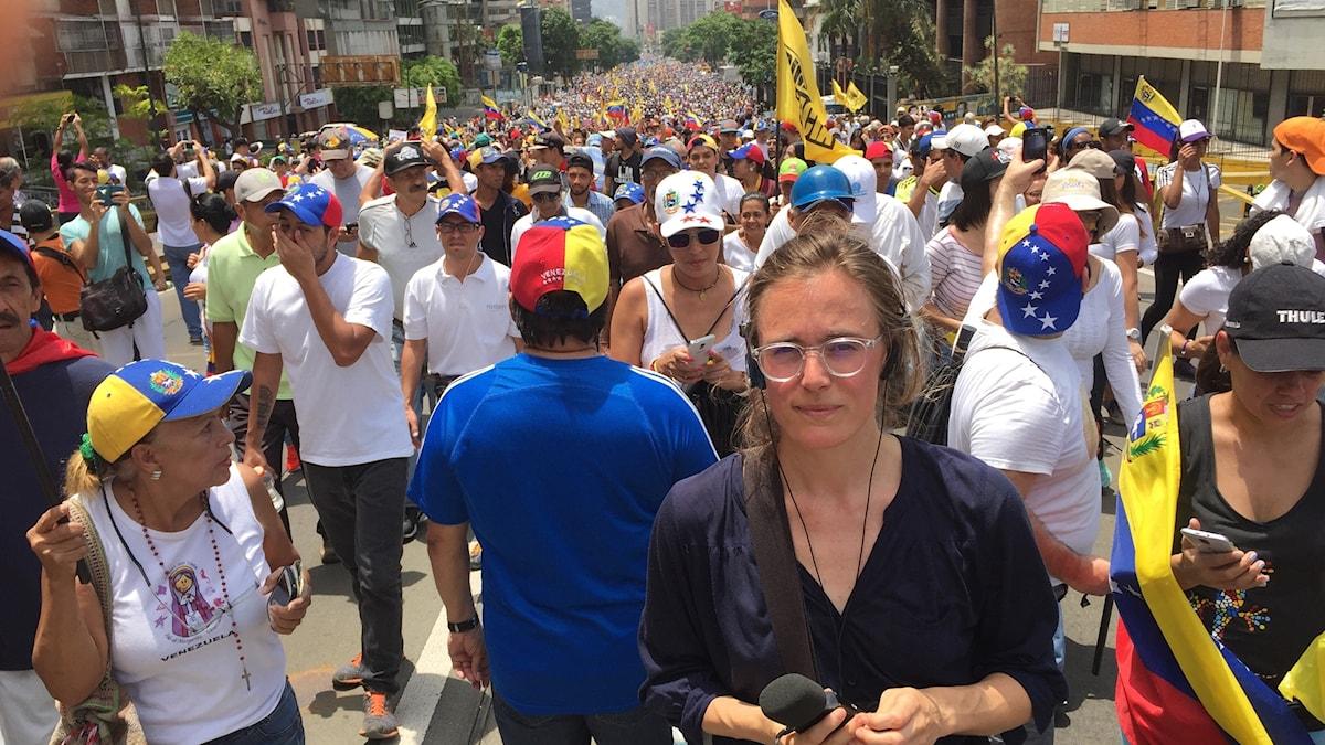 Sveriges Radios Latinamerikakorrespondent Lotten Collin under protesterna i Venezuela.