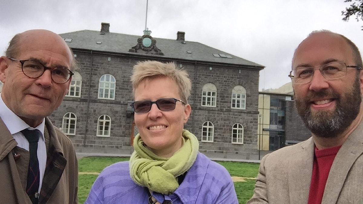 Ambassadör Bosse Hedberg (t v), Helga Ögmundardóttir och Islandskorrespondent Jens Möller framför Alltinget i centrala Reykjavik.