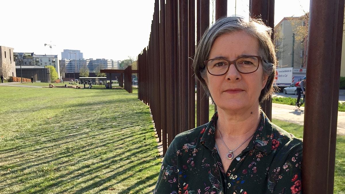Daniela Marquardt vid monumentet över muren som delade Berlin i öst och väst.