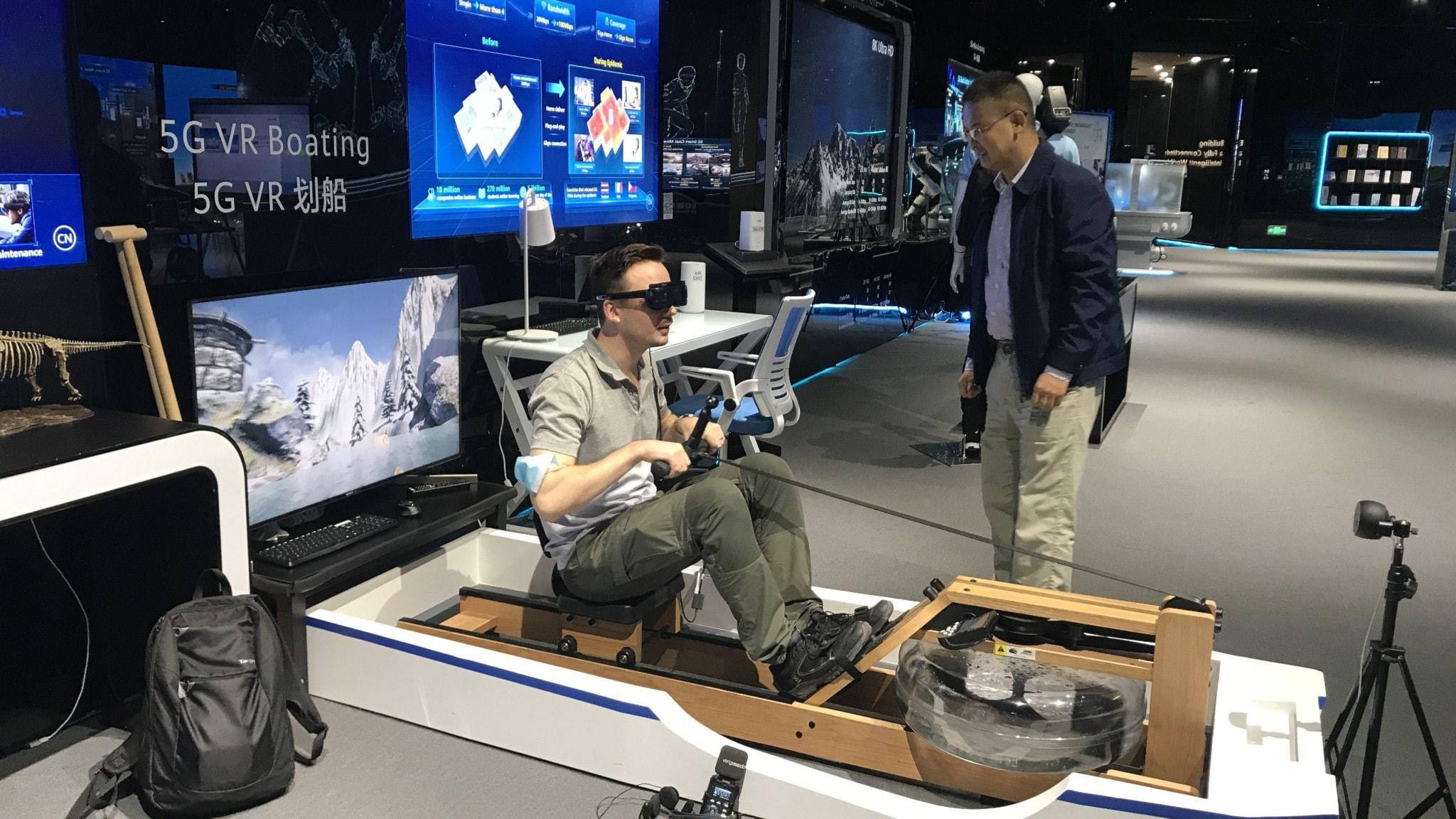 Sveriges Radios Kinakorrespondent Björn Djurberg testar en VR-roddmaskin uppkopplad mot 5G under ett besök hos den kinesiska telekomjätten Huaweis huvudkontor i Shenzhen. Sveriges Radios Kinakorrespondent Björn Djurberg testar en VR-roddmaskin uppkopplad mot 5G under ett besök hos den kinesiska telekomjätten Huaweis huvudkontor i Shenzhen.